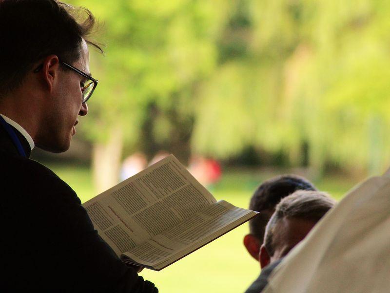 Un preot din Cluj a fost amendat pentru că a binecuvântat mai mulți jandarmi! Incredibil ce scrie în procesul-verbal