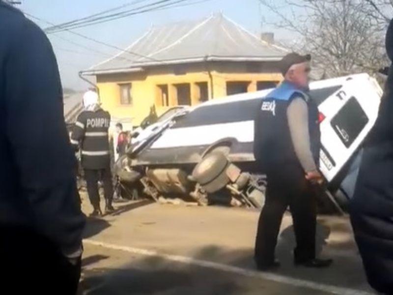 Un microbuz școlar a fost implicat într-un accident cumplit în județul Suceava!