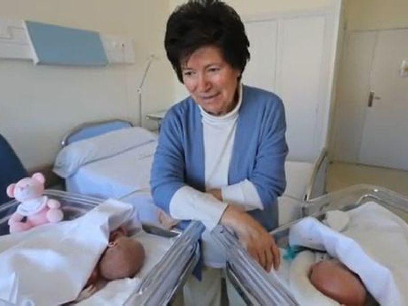 A născut la 64 de ani, iar copii i-au fost luați de asistenții maternali