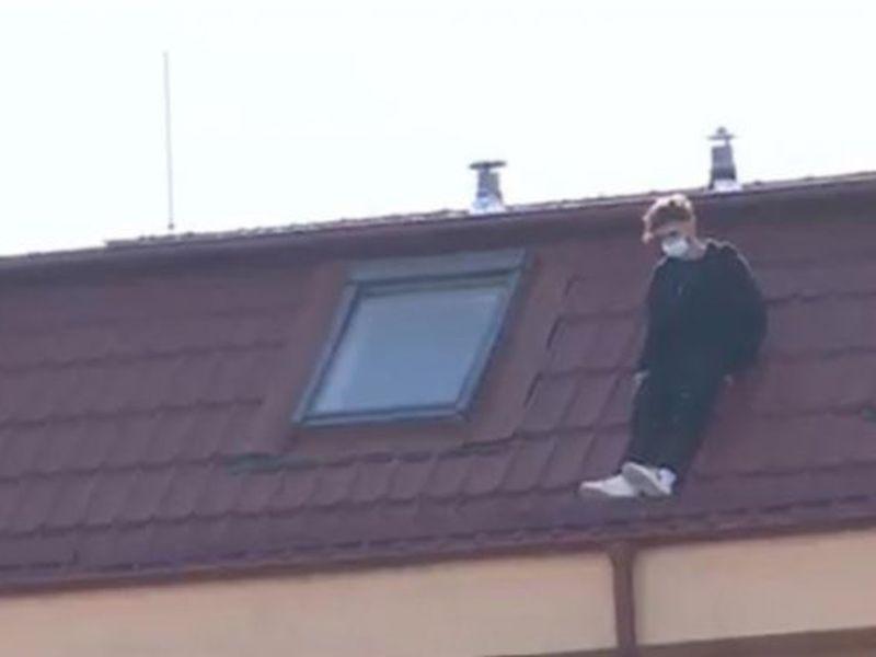 Tânărul s-a aruncat de pe acoperișul clădirii