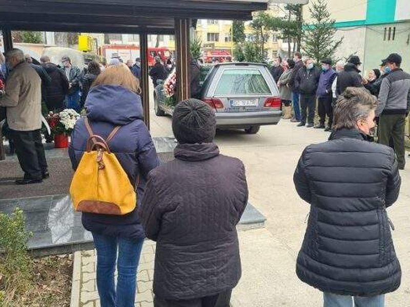 Una dintre victimele cazului de la Onești a fost condusă pe ultimul drum