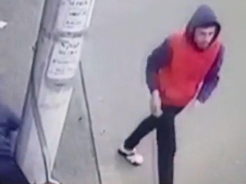 Un bărbat, căzut pe stradă, inconștient, a fost jefuit de un tânăr de 20 de ani