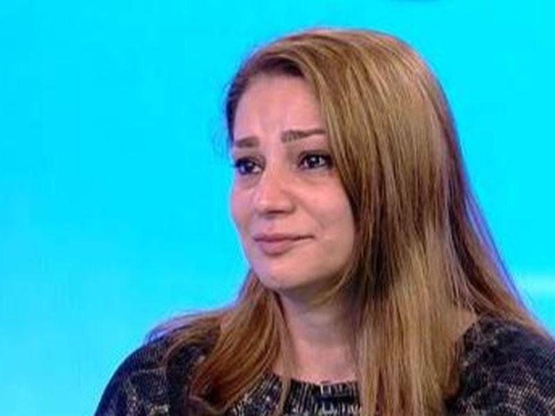 Femeia plânge de dorul fiicei sale