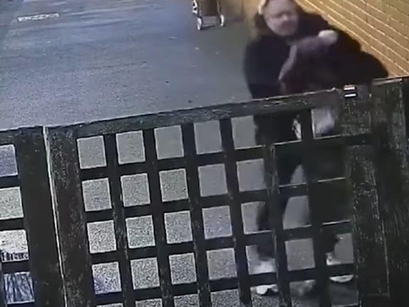 O tânără însărcinată, urmărită și snopită în bătaie pe stradă