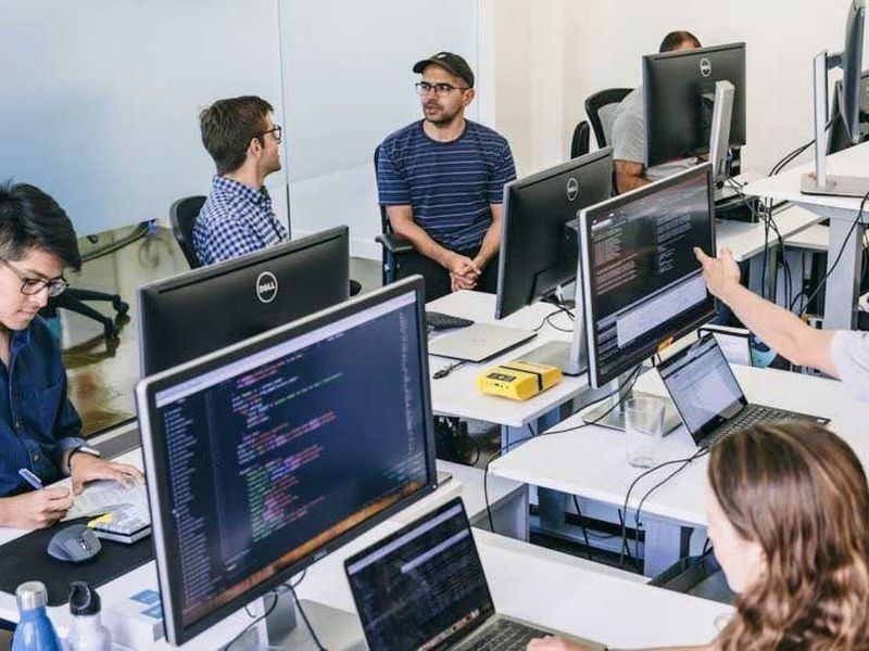 Echipa de ingineri si programatori