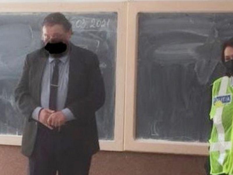 un profesor a fost surprins cu o mască desenată
