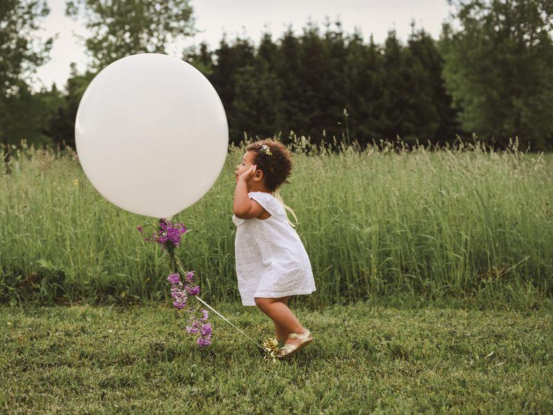 Bebeluș de opt luni, mort după ce s-a asfiziat cu șnurul unui balon legat de pătuț