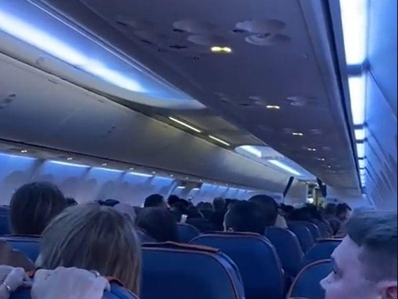 Momente de panică pentru pasagerii unui avion!