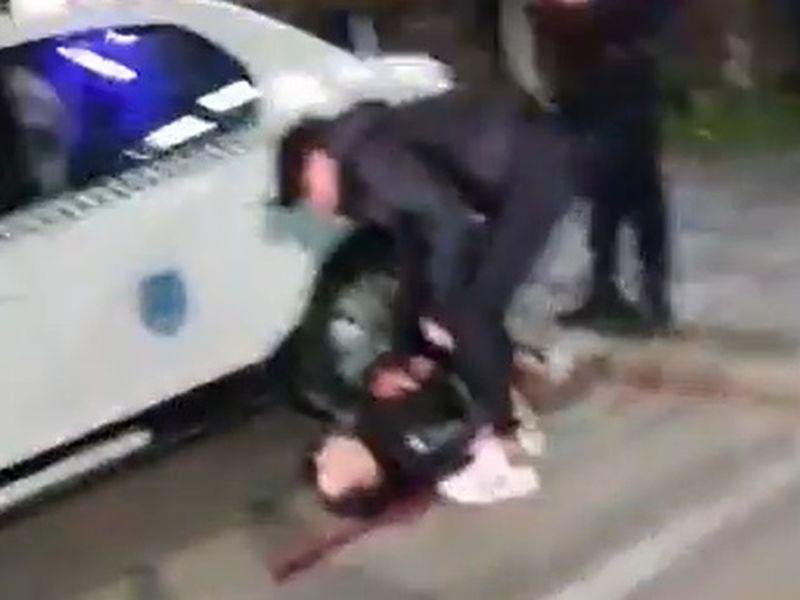 Un tânăr, care pare plin de sânge căzut pe jos, în timpul protestelor.