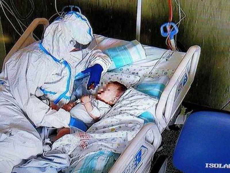 Imaginea emoționantă cu o asistentă care ține în brațe un bebeluș infectat cu COVID-19!