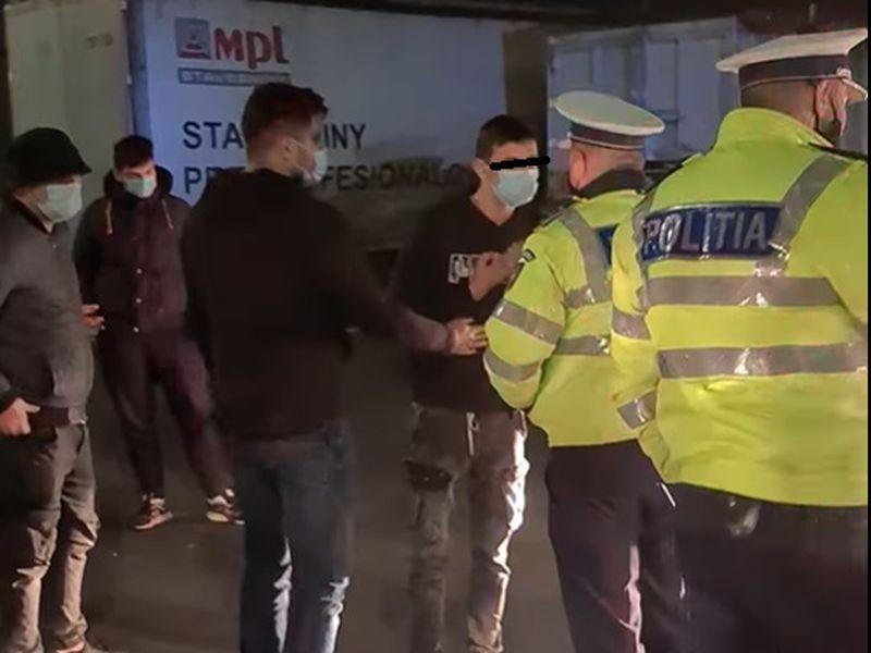 Un tânăr protestatar, înjosit de un polițist furios