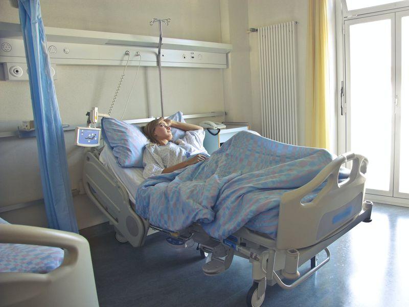 O femeie cu COVID-19 a fost ținută într-un container în curtea spitalului! Pacienta nu avut acces la medicamente și la hrană