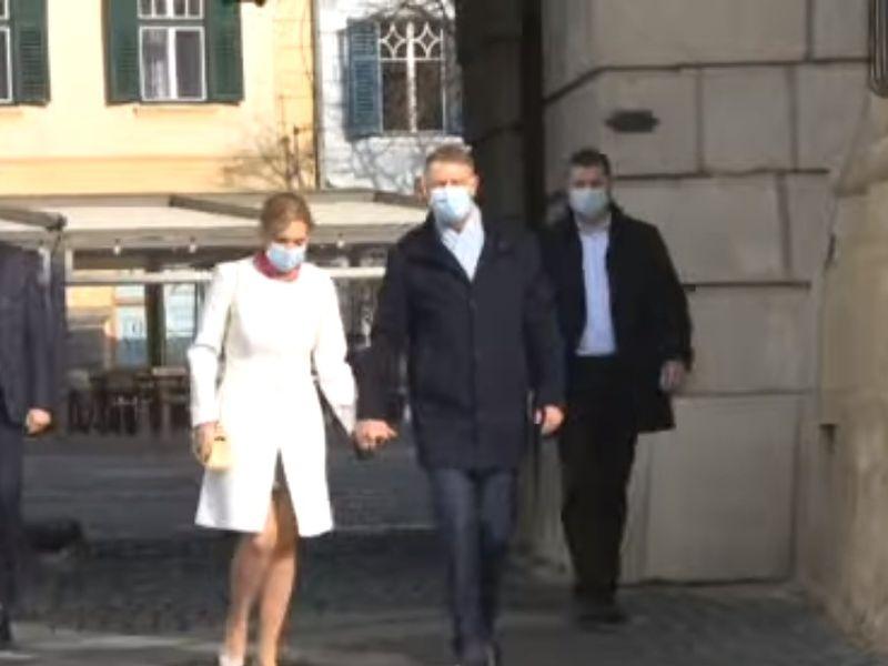 Cât a costat ținuta lui Carmen Iohannis pe care a purtat-o în ziua de Paște?! Prima Doamnă, apariție de senzație