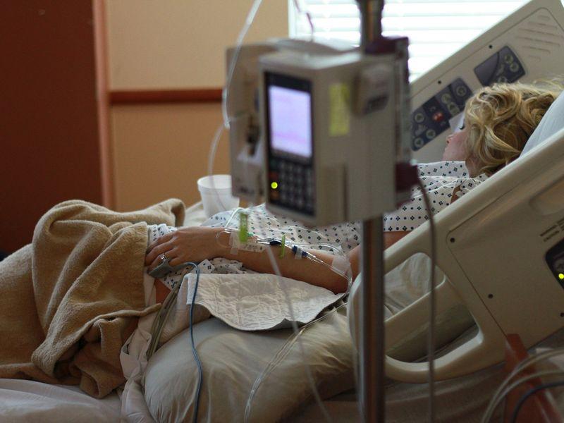 Pacientă COVID sedată, legată de pat și apoi declarată decedată