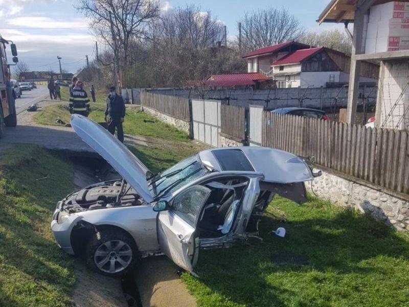 Mașina s-a rupt în două
