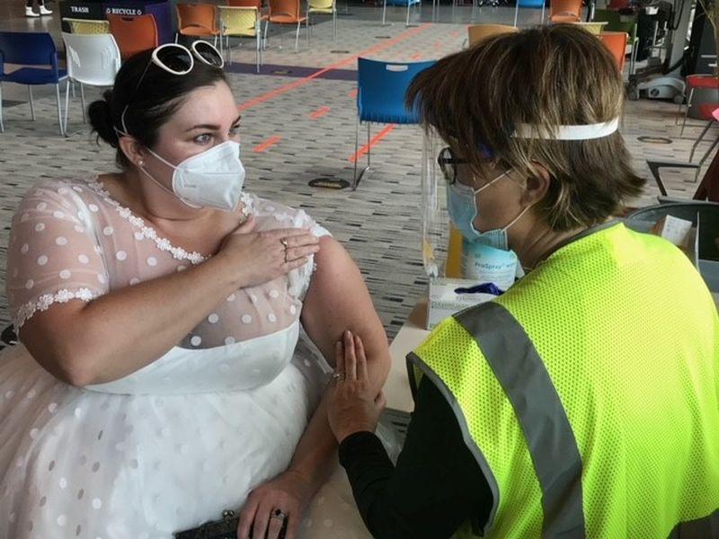 A mers să se vaccineze în rochie de mireasă. Imaginile au făcut înconjurul lumii
