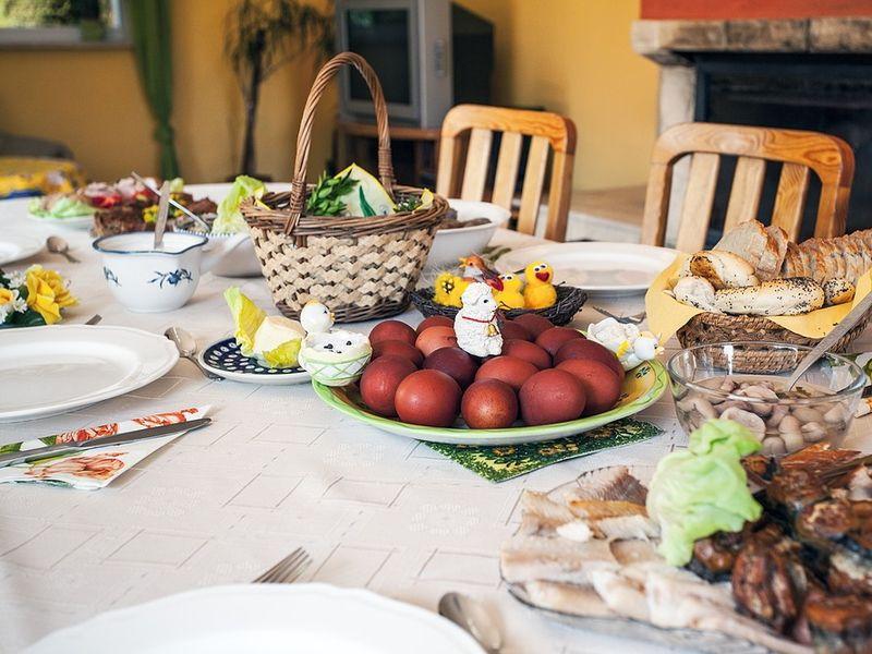 Cum se aranjează corect masă de Paști