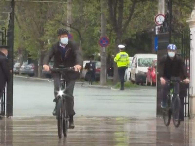 Klaus Iohannis, surprins pe bicicletă în această dimineață