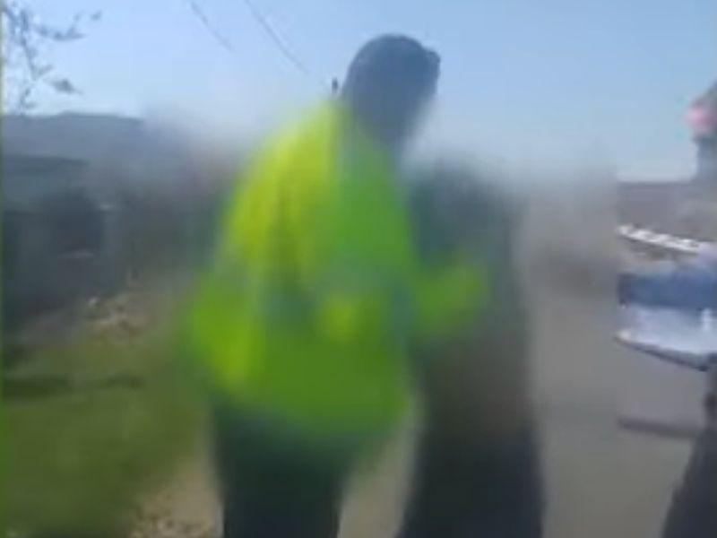 O femeie, operată de cancer, târâtă pe jos de polițiști