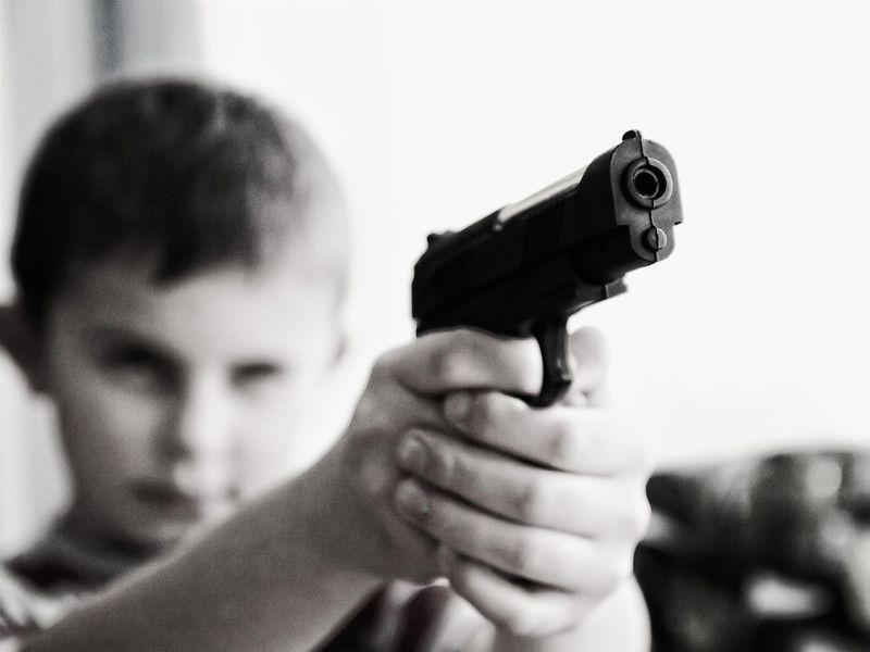 Un băiat de 8 ani și-a împușcat mortal fratele de 5 ani