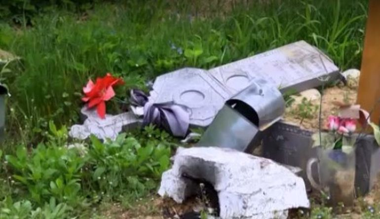 Mai multe morminte au fost vandalizate într-un cimitir din Oncești chiar în ziua de Paște! Rudele decedaților sunt în stare de șoc