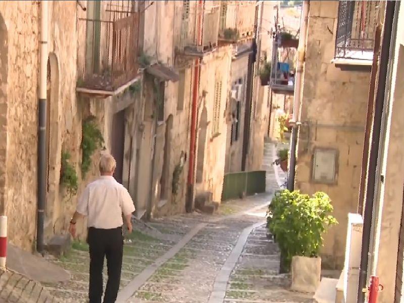 A reușit să cumpere trei case la 1 euro bucata, în Italia. Incredibil ce a descoperit la scurt timp