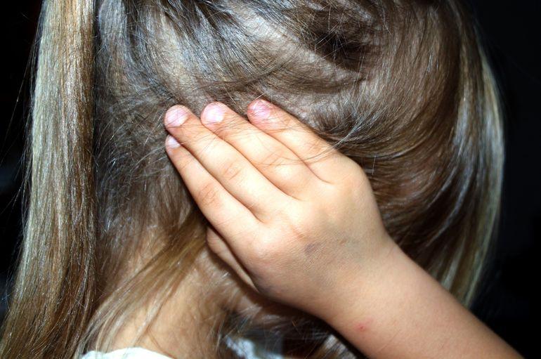 Trei tineri au fost condamnați la închisoare, după ce au abuzat pe rând o fetiță de doar 11 ani!