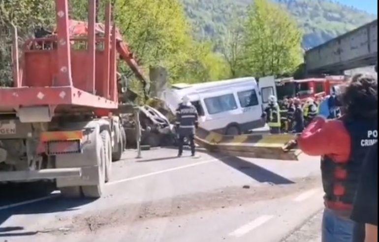 Accident grav în Neamț! O grindă de fier a unui pod de cale ferată s-a prăbușit peste un microbuz de călători! Incidentul s-a soldat cu victime!