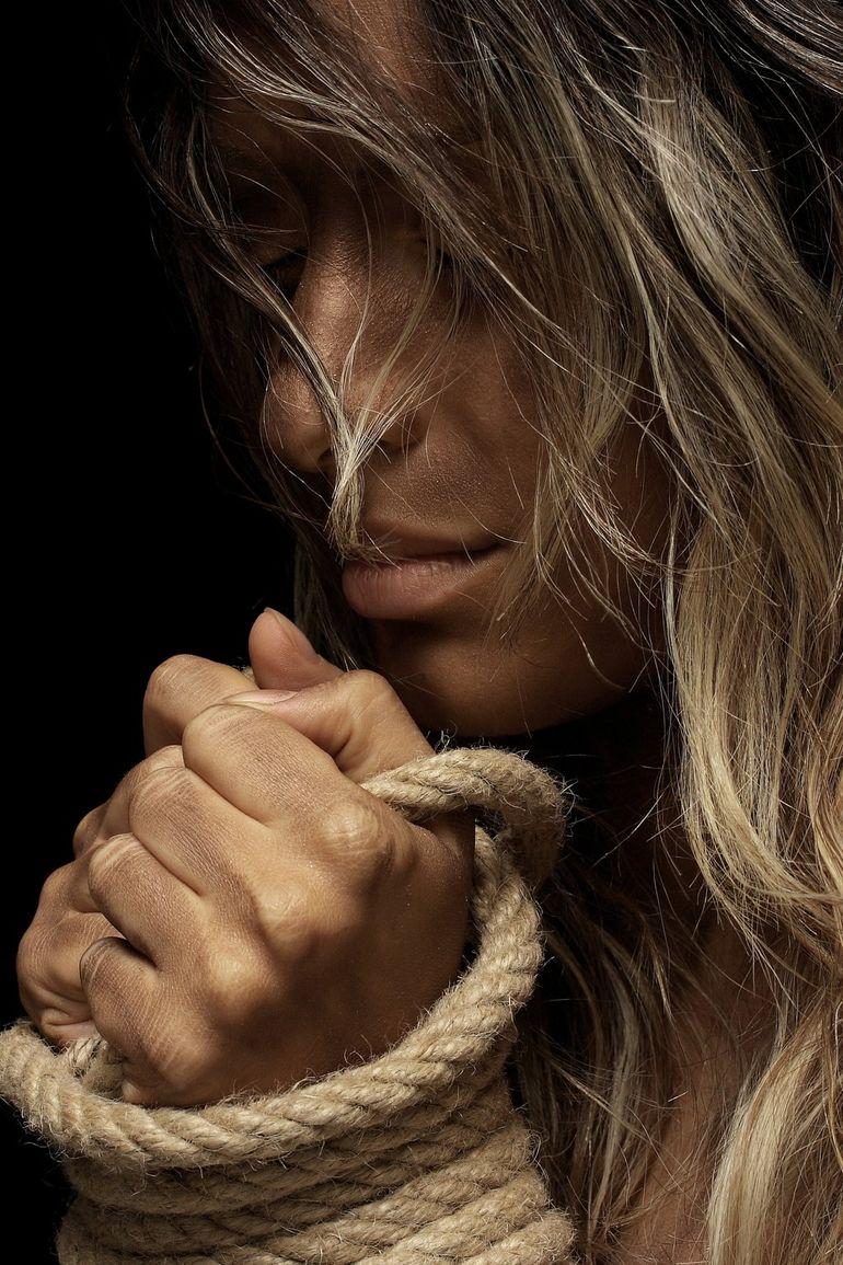 O femeie, sechestrată timp de 3 luni,  a lăsat în baia tuturor magazinelor bilețele în care implora să fie căutată! Cum a fost salvată