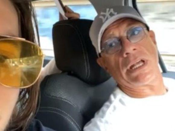"""Reacția lui Van Damme după ce șoferul care-l plimba pe străzile din România l-a forțat să asculte manele la maxim: """"Te rog, oprește…"""""""