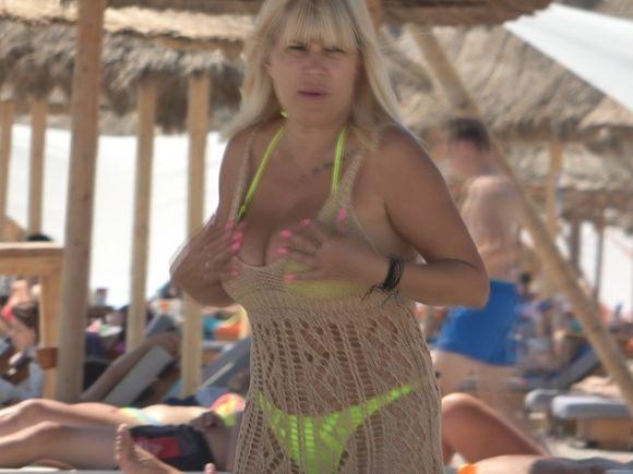 VIDEO   Primele imagini cu Elena Udrea în costum de baie, după ce a născut! Și-a revenit incredibil la corp, dar o cam strânge sutienul. Arată spectaculos la 48 de ani
