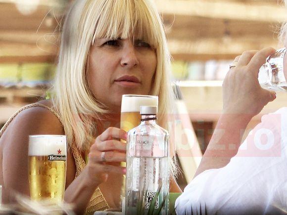 VIDEO   Faza verii la Mamaia: Două blonde la terasă, una sexy, alta savuroasă! Udrea a ieșit la o bere cu mama ei. Imagini de colecție!