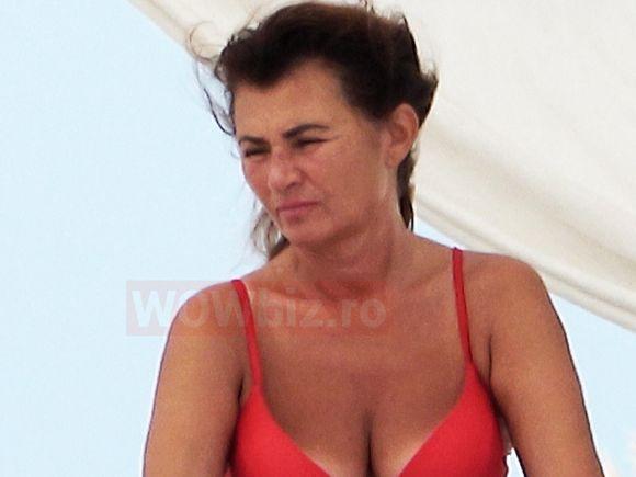VIDEO   Miorița Videanu, cu sutienul desfăcut pe plajă! Cine e femeia care a pus mâna, în văzul tuturor, pe slipii soției fostului premier al României