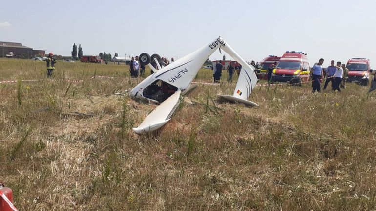 Un avion s-a prăbuşit pe un câmp din Chitila! Două persoane au fost transportate la spital  VIDEO UPDATE