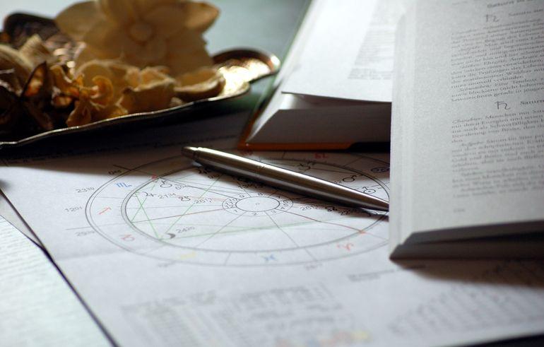 Horoscop luna septembrie 2021. Un nativ își schimbă locul de muncă