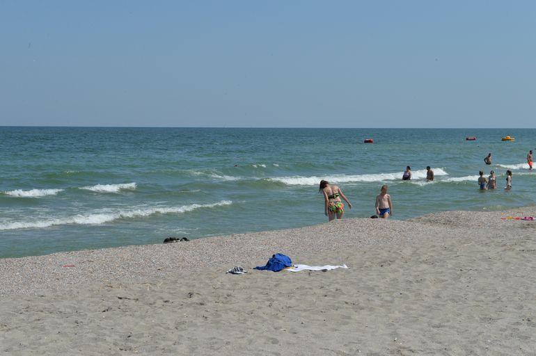 EXCLUSIV Zeci de gunoaie pe o plajă din Mamaia. Sezonul estival e pe sfârșite, însă nu și obiceiurile proaste ale românilor