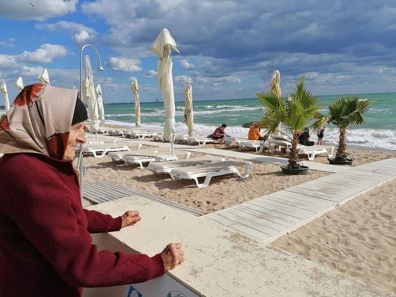 Bunica Adela a avut parte de prima vacanță la 86 de ani. Incredibil ce a reacție a avut când a făcut primii pași pe nisip: