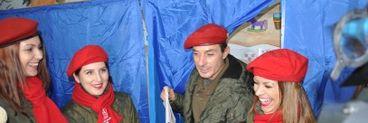 Mazare a fost la vot inconjurat de fete cu berete rosii