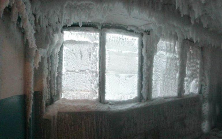 Imaginile care te lasa masca! Uite cum arata o scara de bloc la -60 de grade! Afla povestea oamenilor care locuiesc in