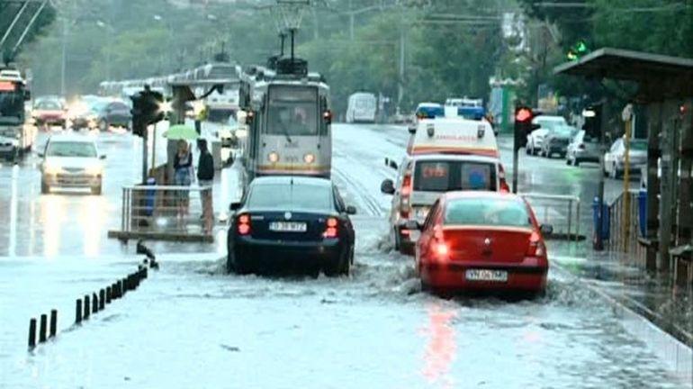 Ploaia si vantul au paralizat Capitala! Iata imaginile dezastrului