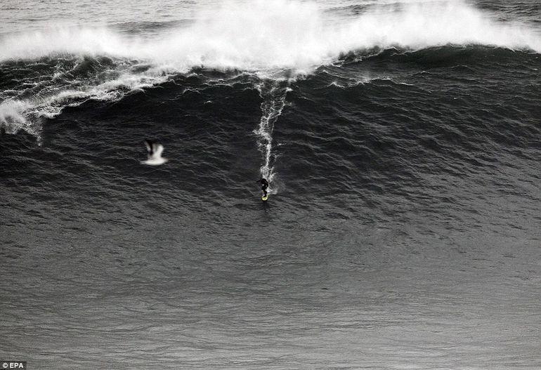 O femeie a fost la un pas sa moara dupa ce a calarit un val de 30 de metri - PLAY VIDEO cu clipele de groaza