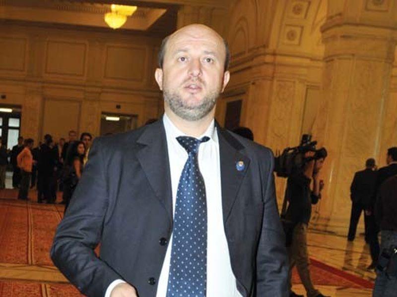 Sotia ministrului de finante este urmarita penal