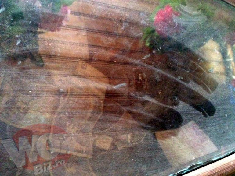 FOTO   EXCLUSIV   Tatal lui Bercea Mondial, mort de 16 ani s-a mumificat in sicriu. Are geam si la cosciug, si la cavou, sa