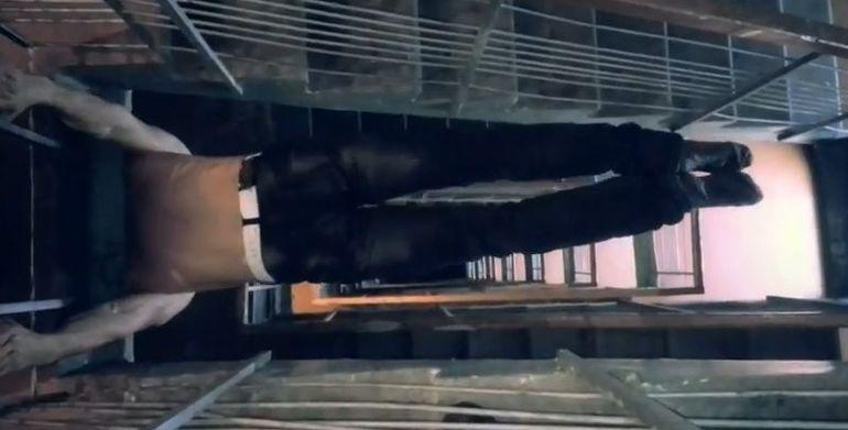 Baiatul asta este prea puternic si prea inconstient! Sta la etajul 8 si face abdomene IN AFARA geamului de la dormitor!