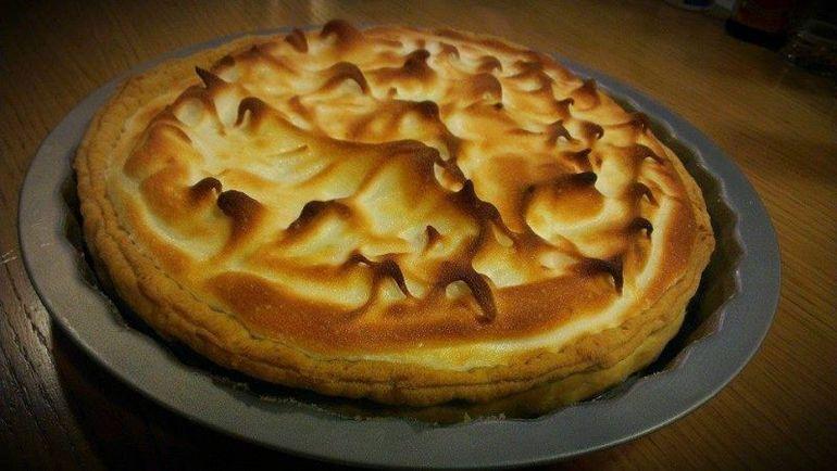 Fostul concurent de la MasterChef, Alex Cirtu, iti da o reteta geniala de desert! Uite cum se face tarta de lamaie, ananas si bezea