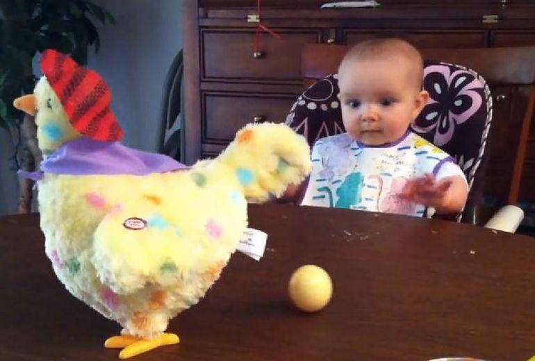 VIDEO Caterinca! Uite cum reactioneaza un bebelus cand vede pentru prima data o gaina facand oua