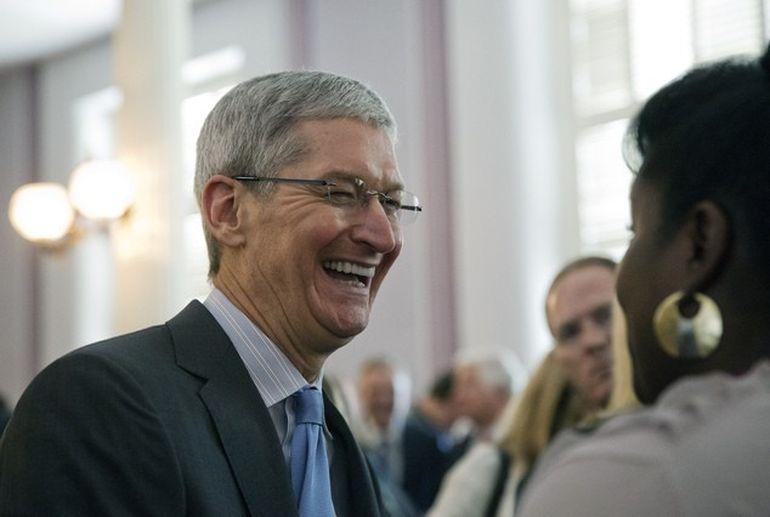 A avut curajul sa recunoasca asta! CEO-ul Apple, Tim Cook, a spus ca este gay!