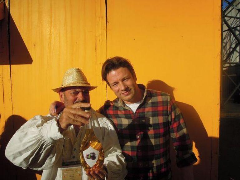 Celebrul Jamie Oliver, dat pe spate de palinca de Salaj! Un roman l-a cucerit definitiv cu acest