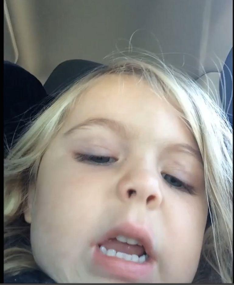 VIDEO Pustoaica asta i-a sechestrat mobilul mamei ca sa isi faca selfie! A facut 677 de poze