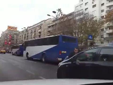 Imaginile astea sunt surprinse in Bucuresti, pe bulevardul Magheru! E ireal de ce se afla omul ala agatat de masina si cum a fost umilit de o smechera cu permisul expirat! Numai la noi se poate asa ceva!